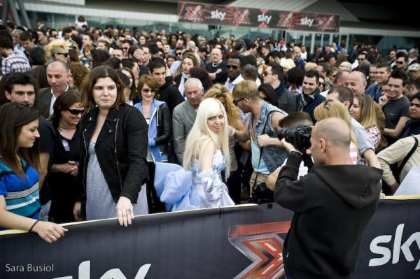 X Factor: a Milano la carica de 15 mila, tra l'esercito di aspiranti popstar, rispunta fiocco di neve