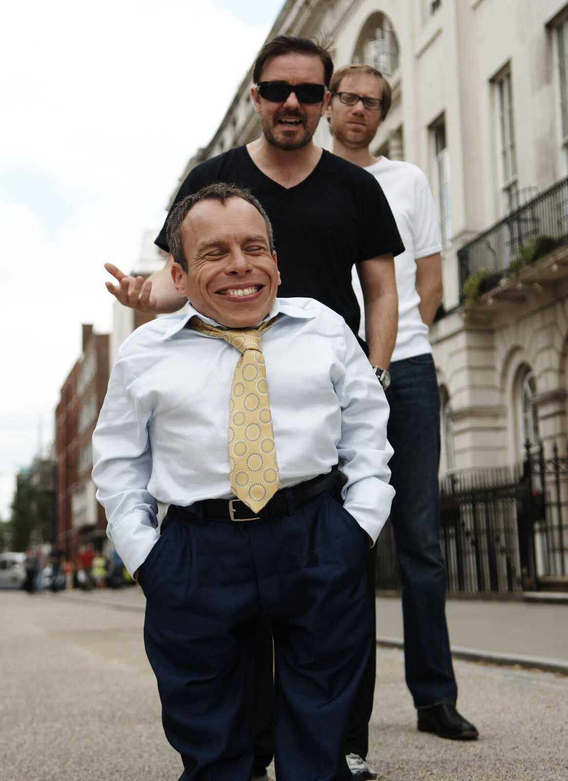 Life's Too Short: la serie comica di Ricky Gervais su Sky Arte HD | Digitale terrestre: Dtti.it