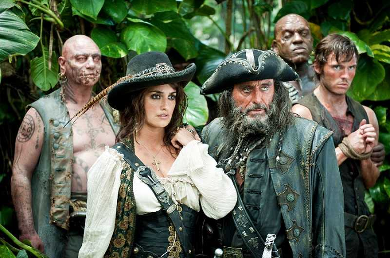 """""""PIRATES OF THE CARIBBEAN: ON STRANGER TIDES""""Angelica (PENÉLOPE CRUZ) and Blackbeard (IAN McSHANE) in search of the fabled Fountain of Youth in the jungles of a tropical island, along with zombie officers Quartermaster (IAN MERCER) and Gunner (DeOBIA OPEREI), and captive missionary Philip Swift (SAM CLAFLIN).Ph: Peter Mountain©Disney Enterprises, Inc. All Rights Reserved."""