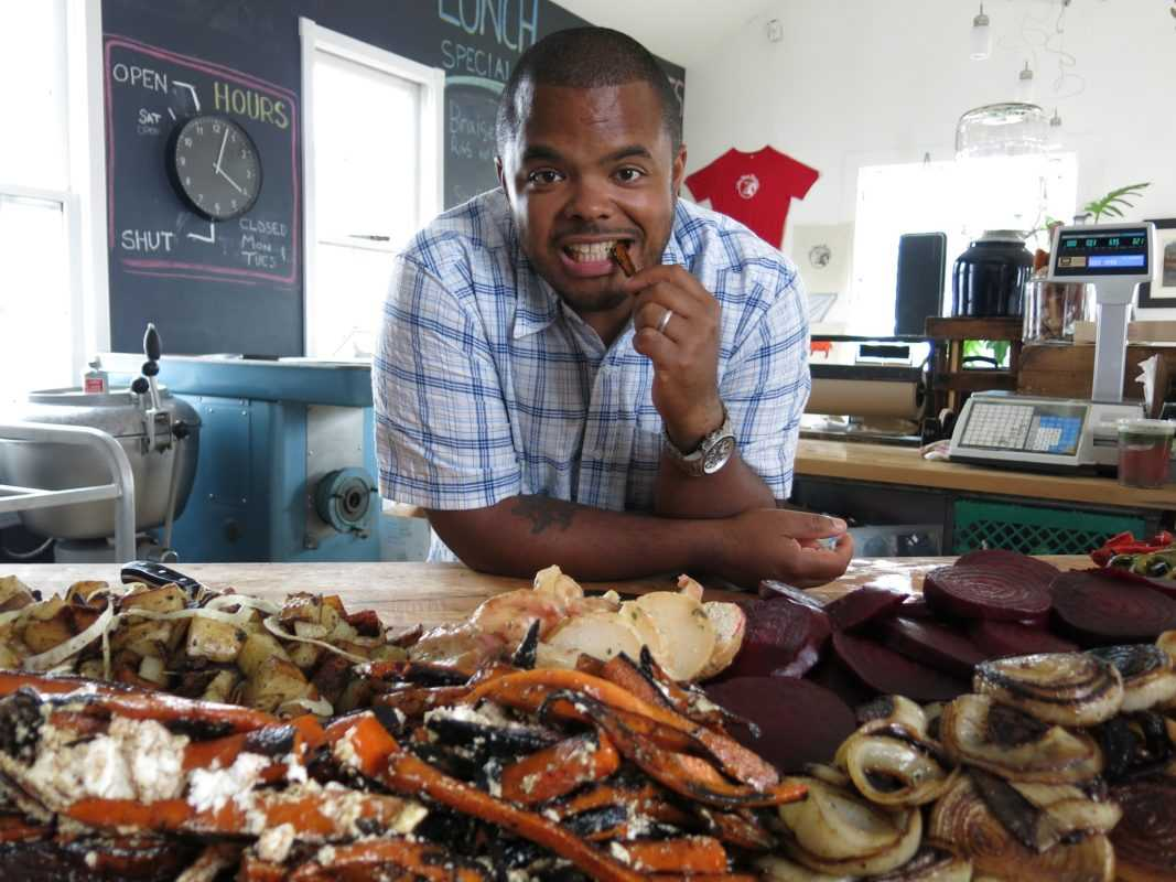 Su food network arriva man fire food con roger mooking dtti - Food network ricette a tavola con guy ...